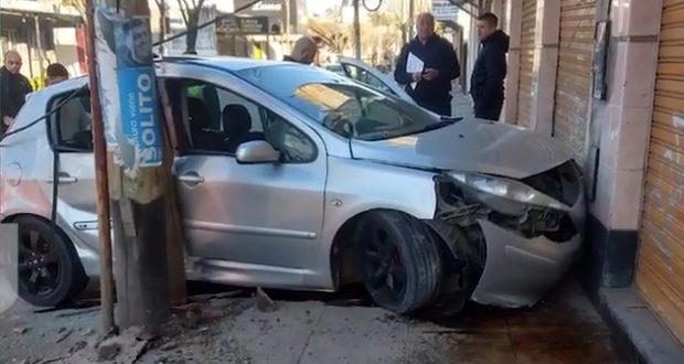 Un hombre que chocó su auto contra un poste en Castelar Sur en estado de ebriedad fue inhabilitado para conducir