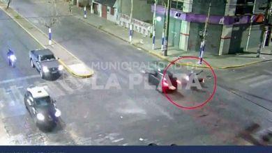 Photo of La Plata: Pasó un semáforo en rojo, chocó a un motociclista y se fugó