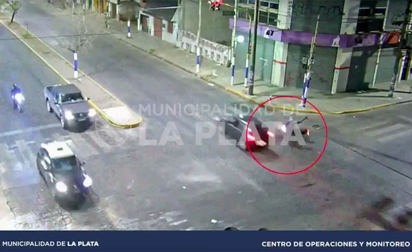 La Plata: Pasó un semáforo en rojo, chocó a un motociclista y se fugó