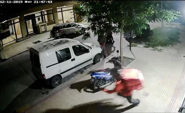 Inseguridad en La Plata: Le quisieron robar la moto, no les arrancó y la tiraron al piso