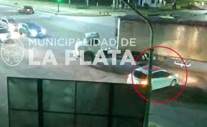 La Plata: Imprudente camionero casi causa una tragedia en Camino Centenario