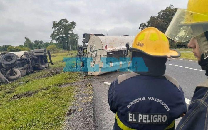Ruta 2: un camión volcó y desparramó miles de litros de aceite de soja en La Plata