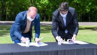 Photo of Trotta e Insaurralde firmaron un convenio para reformas en escuelas y entregaron computadoras