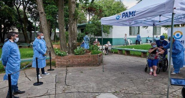 La lenta campaña de la Sputnik, con oferta limitada: El PAMI llevó 150 vacunas a un geriátrico de Hurlingham