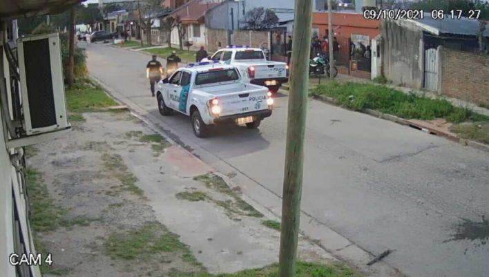 Morón: la Policía fue a desactivar una fiesta clandestina, pero echaron el patrullero a piedrazos