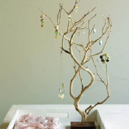 Organizador de joyería con una rama