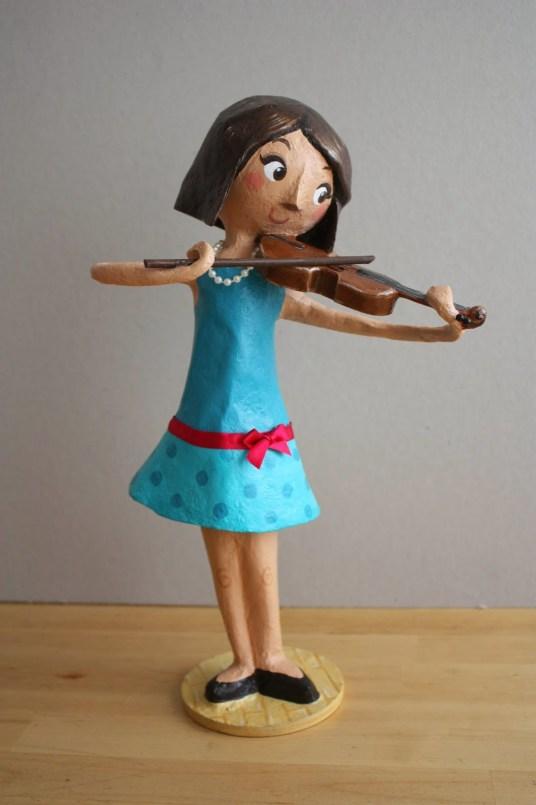 Mujer violinista en papel mache imagen completa