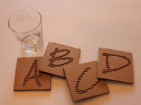 Ideas para reciclar cartón, posavasos con letras de cartón corrugado