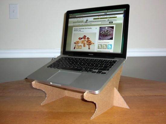 Ideas para reciclar cartón, soporte para portátil hecho con cartón reciclado