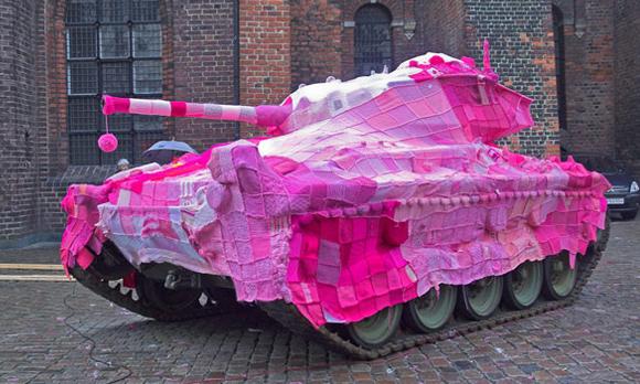 Craftivismo pacifista un tanque con una manta rosa