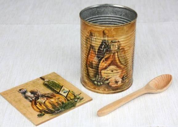 Ideas para reciclar latas, lata decorada con decoupage motivo rústico botellas de aceite y especias