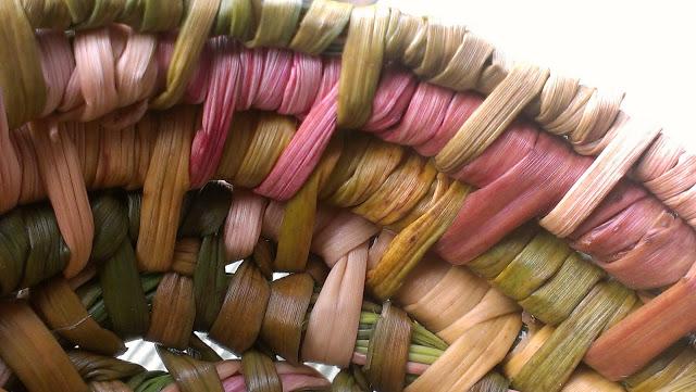 Cesto de juncos teñidos de colores