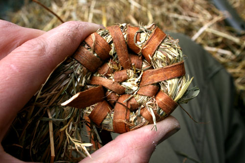 Comenzando el tejido de un cesto de heno