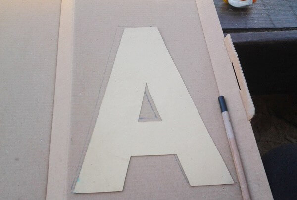 Dibujar la letra sobre el carton