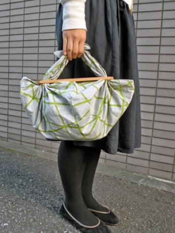Bolsos furoshiki modelo con pieza de madera