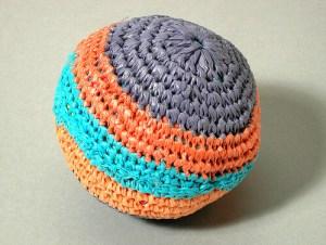 Pelota de crochet tejida con bolsas