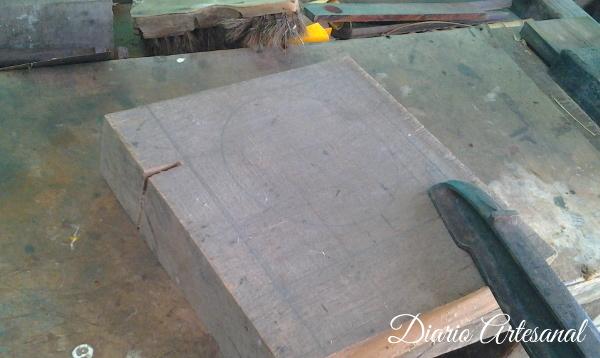 Prensa la madera para comenzar a tallar