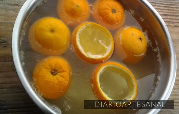 Deja las cáscaras de naranja en remojo