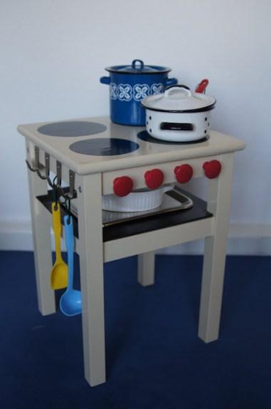 juguetes con materiales reciclados, cocina para jugar hecha con una vieja mesa