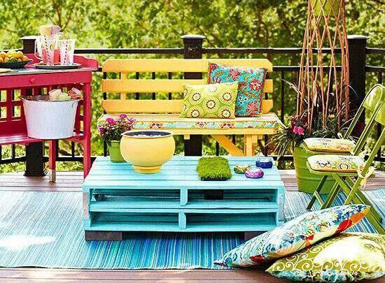 Mesa para el jardín de colores hecha con palets