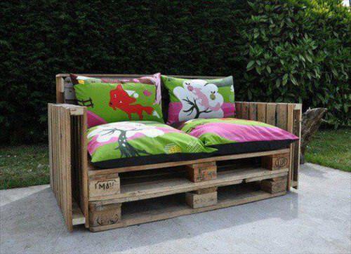 Sofá de palets con almohadones de colores para el exterior