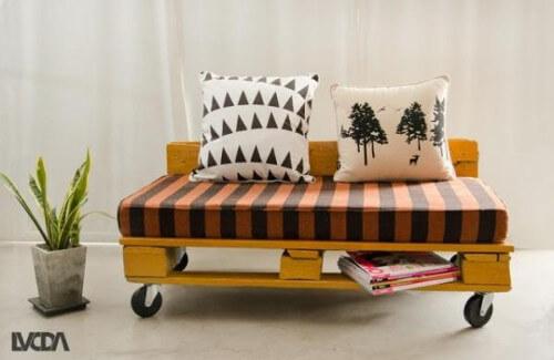 modelo de sof de palets moderno con ruedas y almohadones