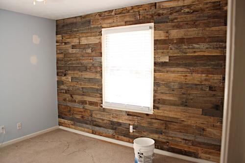 Revestimiento de pared hecho con maderas recicladas de palet