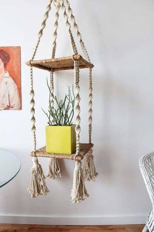 Ideas para decorar con macramé modelo de estantería de hilo sisal
