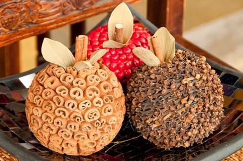Manualidades con semillas esferas decoradas
