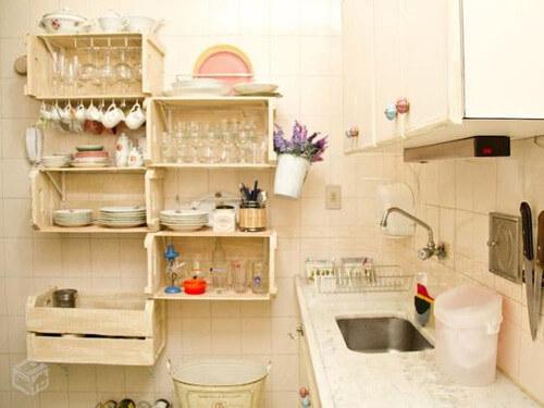 estantera de cocina hecha con cajones reciclados