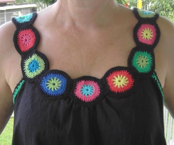 Idea para reciclar una camiseta con un cuello de ganchillo