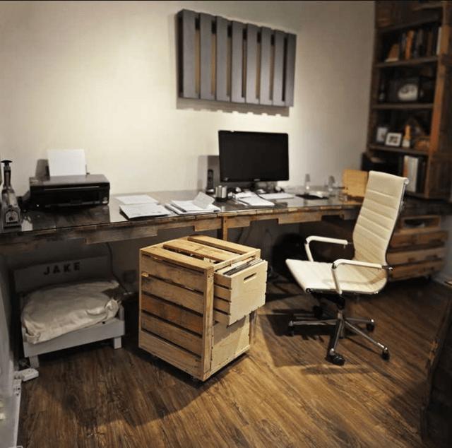 Escritorio de oficina con palets