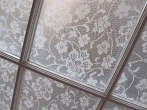 Manualidades faciles decorar las ventanas con encaje