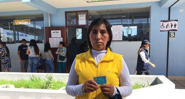 Mujer acude temprano a votar, pero le ponen multa por no asumir rol de miembro de mesa