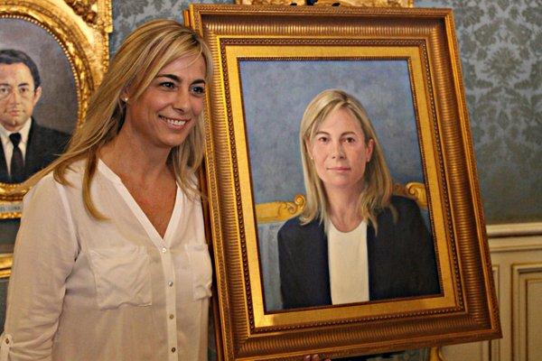 Pintan un bigote en el retrato de Sonia Castedo en el Ayuntamiento de Alicante