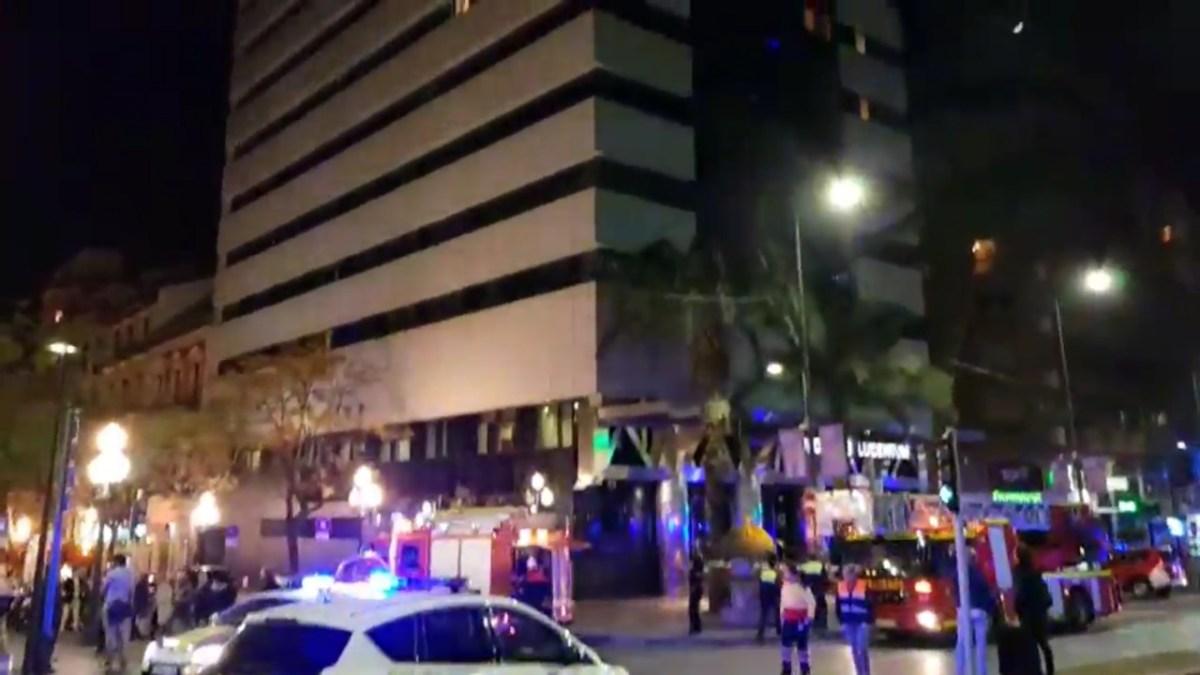 Extinguen un virulento incendio en la undécima planta del Hotel Eurostars Lucentum en pleno centro de Alicante