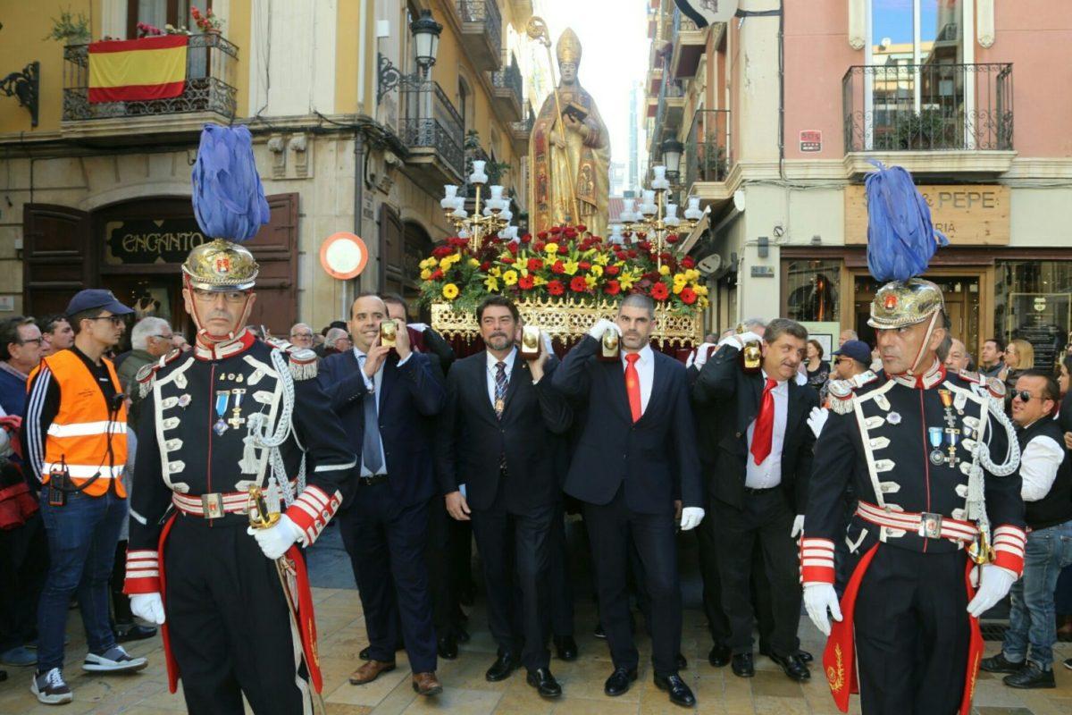 El alcalde de Alicante saluda al patrón San Nicolás de Bari al paso de la procesión por la Plaza del Ayuntamiento