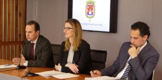 Carlos Castillo junto a Mari Carmel de España anunciando la aprobación de los Presupuestos.
