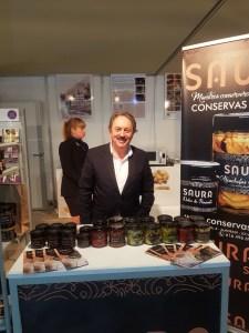 El dueño de Conservas Saura en el stand de Almoradí en Alicante Gastronómica/Alex Ferrer.