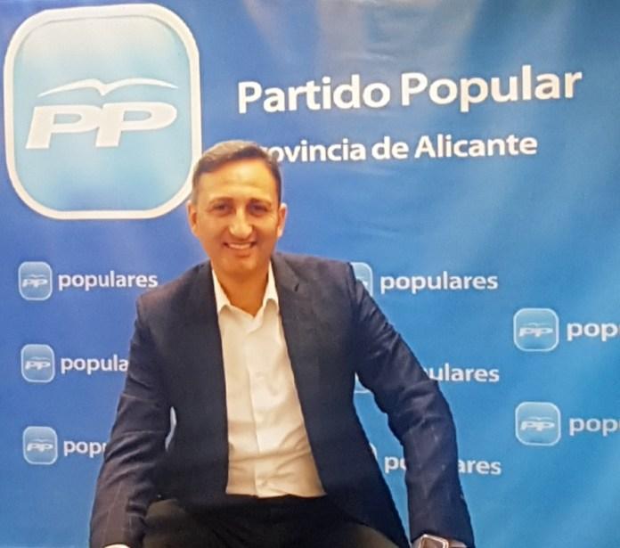 César Sánchez, sonriente en la sede del PP pronvicial de Alicante/ Alex Ferrer