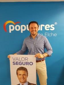 Pablo Ruz mostrando sonriente el cartel electoral de Pablo Casado/ Alex Ferrer