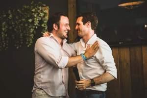 Pablo Ruz y Pablo Casado dándose un afectuoso abrazo.