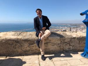 Luis Barcala posando sonriente y tocándose levemente levemente la camisa en el Castillo de Santa Bárbara /Populares Alicante