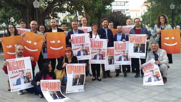 Bellido posando junto a su equipo con el lema de su campaña / Compromís Alacant