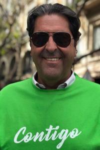 Sepulcre, en gafas de sol,posando con la camiseta de Contigo