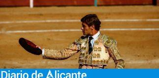 Alfredo Bernabéu salundando con la montera / Alfredo Bernabéu