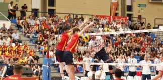 España intentando bloquear sin éxito un remate de Croacia / RFEVB