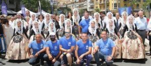 """Los integrantes de la pirotecnia """"Del Mediterráneo"""" posando con la Bellea del Foc y Damas de Honor / Federación de Hogueras."""
