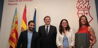 Puig posando sonriente con la nueva consellera, Oltra y Marzà / Ximo Puig
