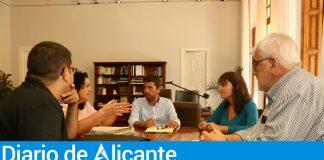 Carlos Mazón y Julia Parra (Presidente y Vicepresidenta de la Diputación de Alicante) durante reunión con la alcaldesa de Sax, Laura Estevan / Diputación de Alicante